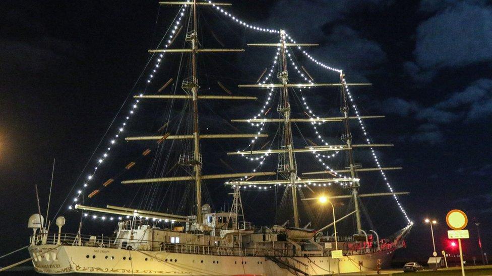 سفينة مع شجرة عيد الميلاد مصنوعة من المصابيح في بولندا