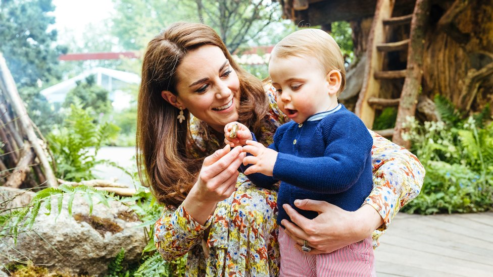 Duchess of Cambridge shows off garden to her children