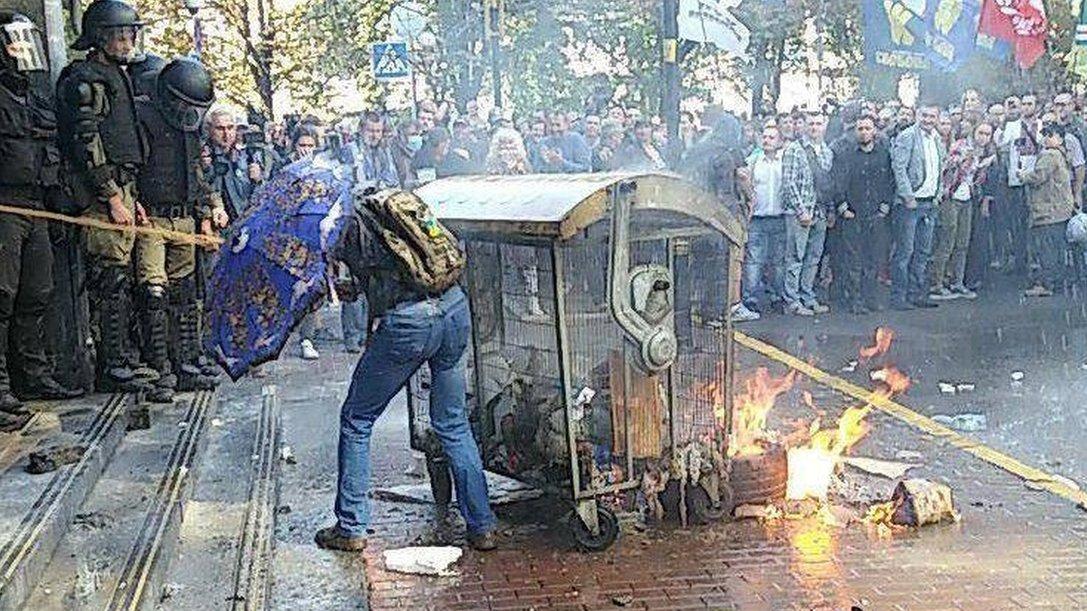 Бруківка і газові балончики: активісти протестують під Генпрокуратурою