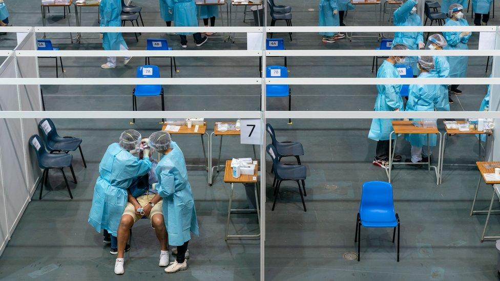 香港某新冠病毒全民檢測採樣中心內(1/9/2020)