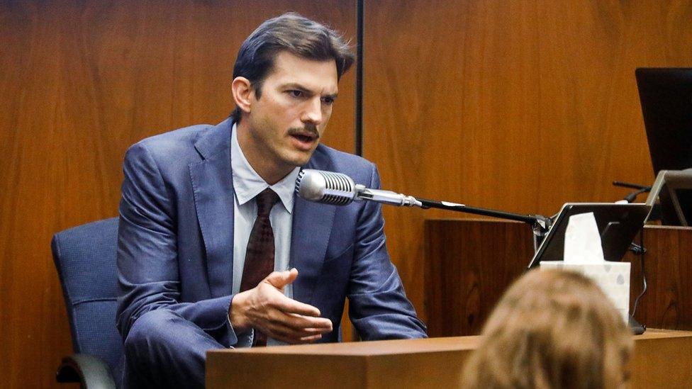 Ünlü Amerikalı aktör Ashton Kutcher, duruşmada veriyor