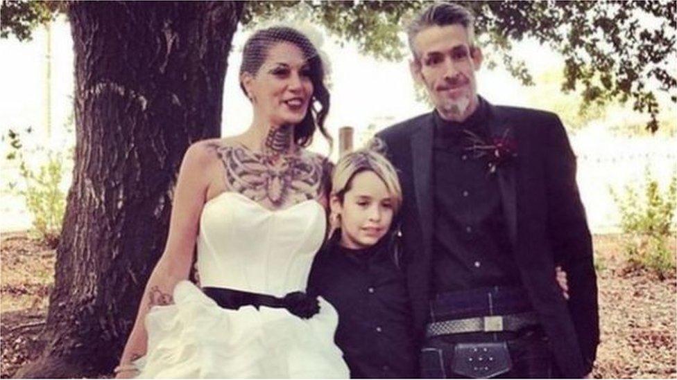 Michael Wray con su esposa Charlene y su hijo Ozmo.