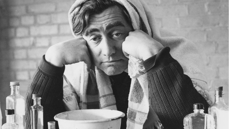 Un hombre con gripe y cara de enfermo