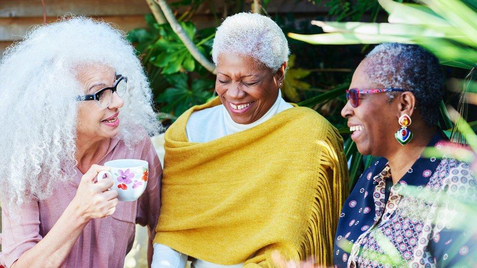 Bir grup yaşlı kadın.
