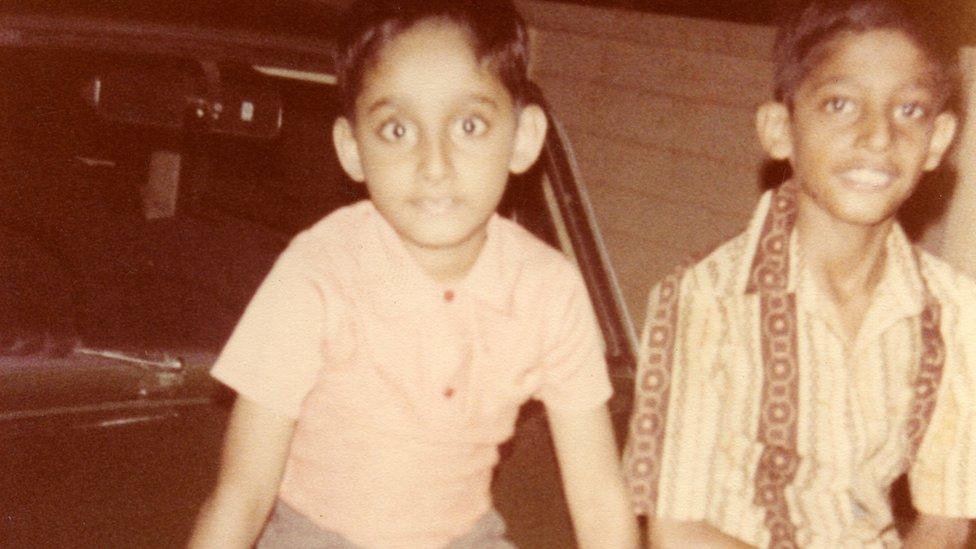 Sundar Pichai, a la derecha, junto a su hermano en India.