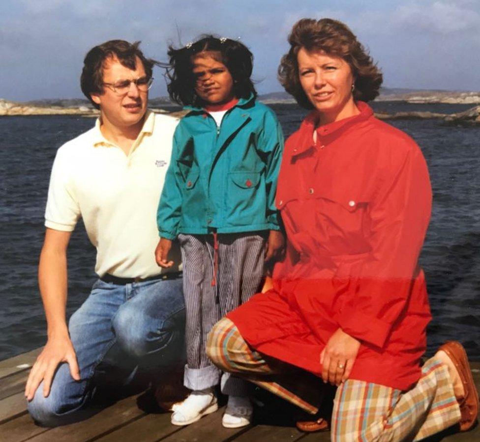 Kiran de pequeña con sus padres, en Suecia.