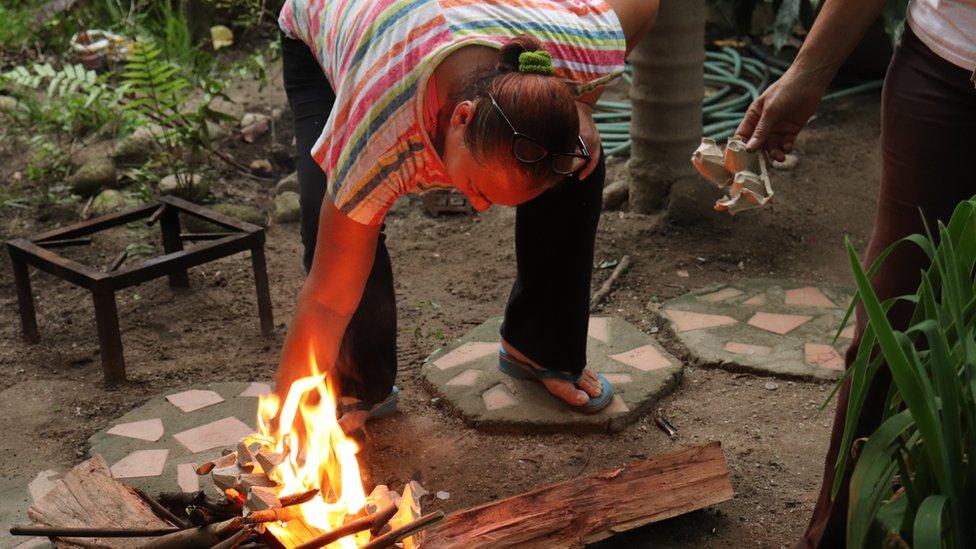 Kira cocinando con leña