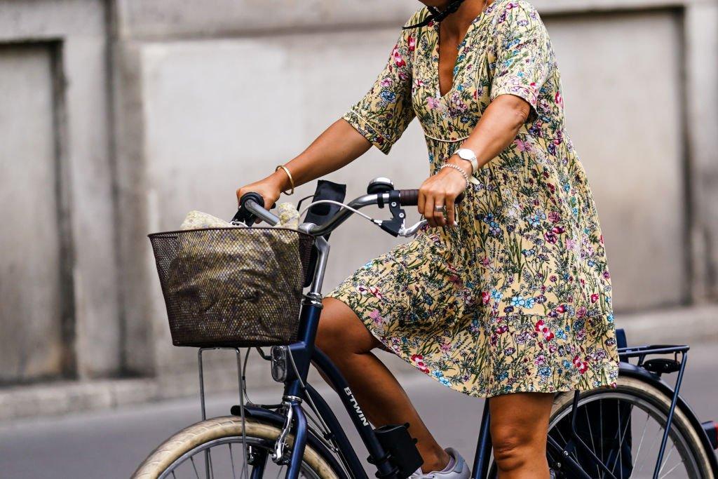 Bisiklet süren kadın.