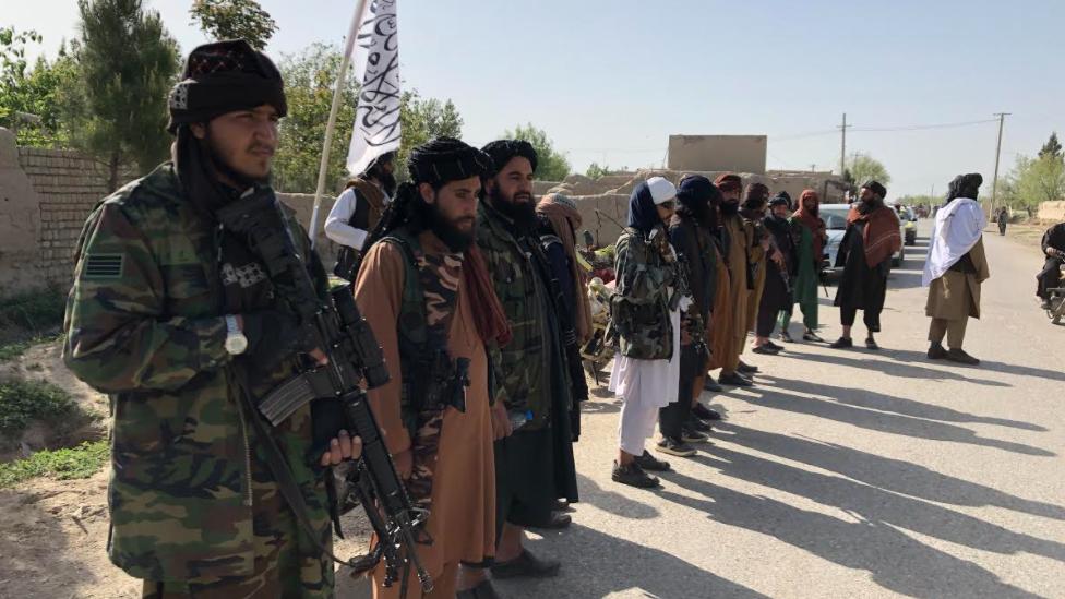 مقاتلو طالبان عند نقطة تفتيش