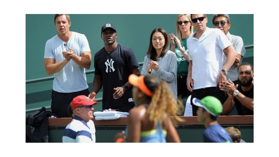 Tamaki (centro), aplaude a Naomi Osaka durante el US Open 2018
