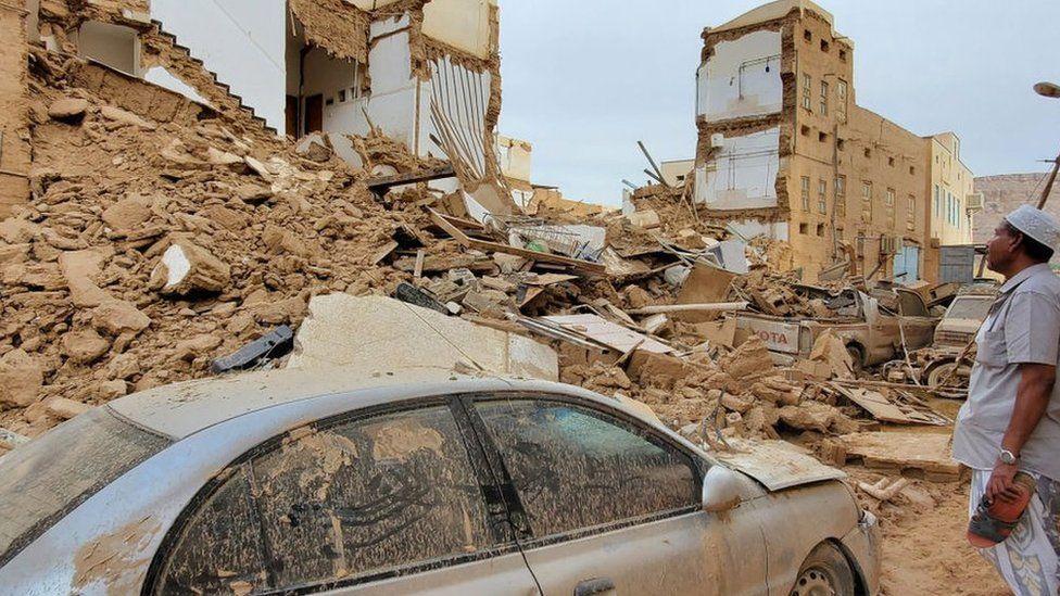 انهارت مبان عدة بسبب الفيضانات في مدينة تريم التاريخية يوم الأحد