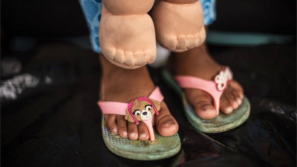 Pies de niña migrante.