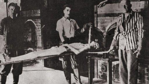 Sonderkommandos promulgando su trabajo de llevar los cuerpos a los crematorios