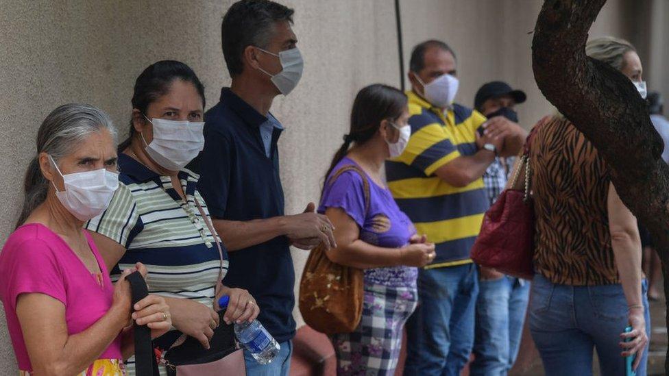 Los residentes hacen cola para recibir la vacuna CoronaVac en Serrana.