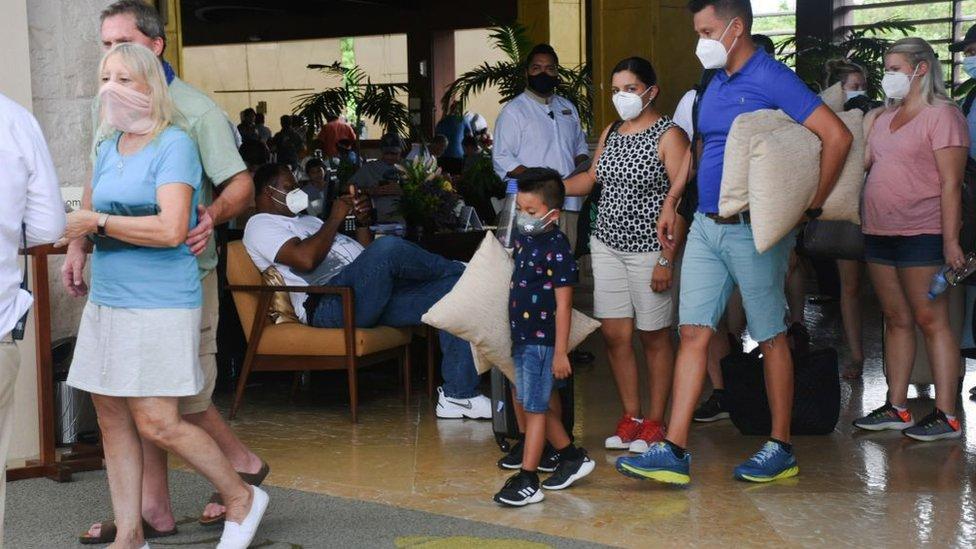 Turistas son evacuados de hoteles de Cancún.