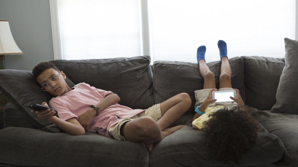 koltukta oturan iki çocuk