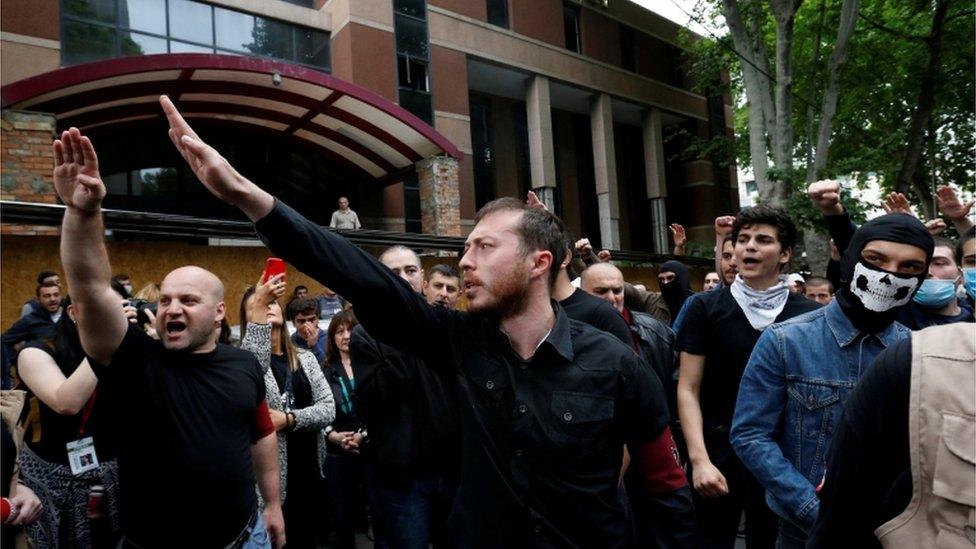 El líder del grupo fascista Unidad Nacional de Georgia, George Chelidze, junto a otros manifestantes el 13 de mayo en Georgia.