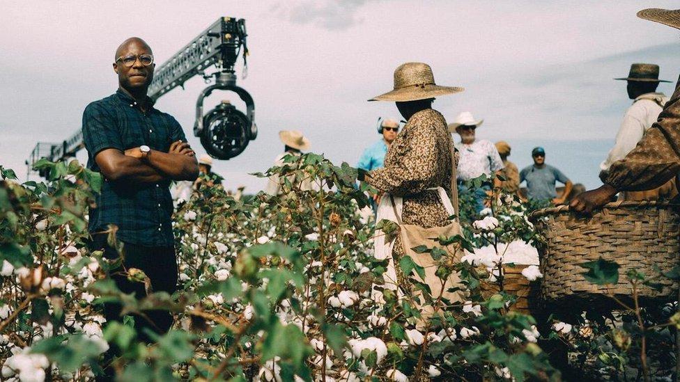 """Barry Jenkins durante la producción de la serie de Amazon """"The underground railroad""""."""