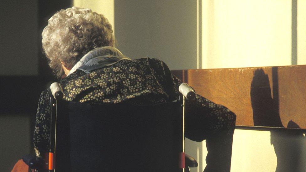 Stara žena u kolicima