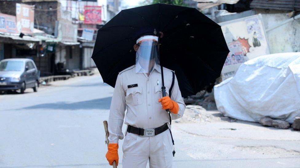 Un policía con protección en Bophal, India.