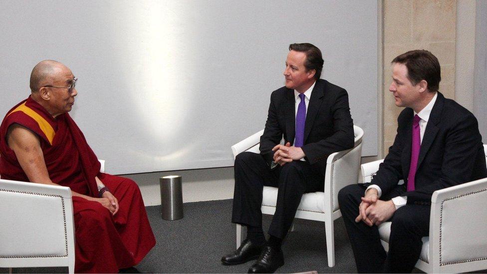 2012年,英國首相卡梅倫與副首相克萊格一起會見西藏流亡精神領袖達賴喇嘛。