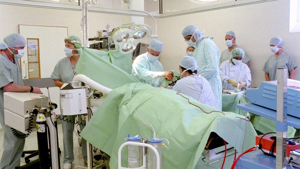 Personal hospitalarios duante una operación