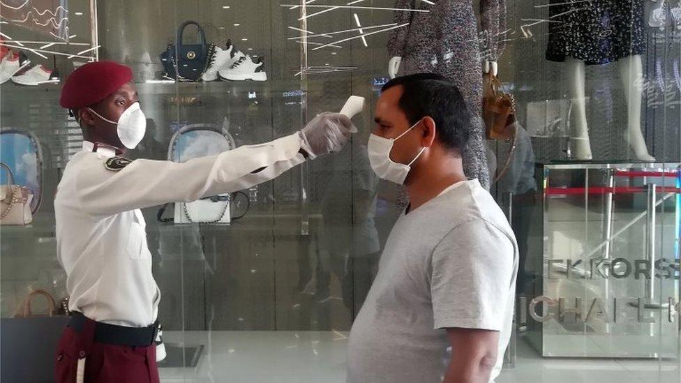 Security guard checks the temperature of a shopper in Riyadh (04/05/20)