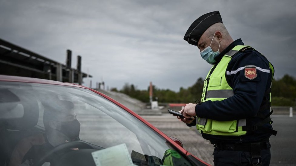 ضابط درك فرنسي يوقف سائق عند طريق يربط باريس وبوردو