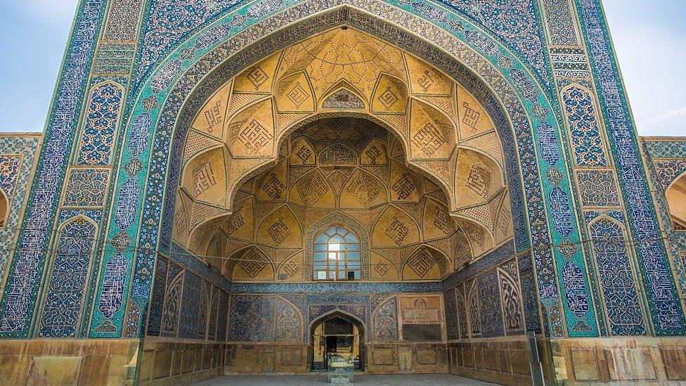 Una de las fachadas de la mezquita.