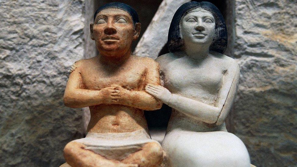 القزم سنب وبجانبه زوجته تعانقه بمودة أواخر الأسره الخامسة