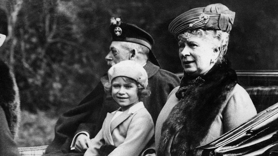 伊麗莎白公主(中)與祖父英王喬治五世(左)和祖母瑪麗王后(右)一同搭乘開篷馬車(5/9/1932)