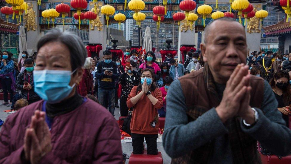 Esperando el Año Nuevo Lunar en el templo Wong Tai Sin de Hong Kong