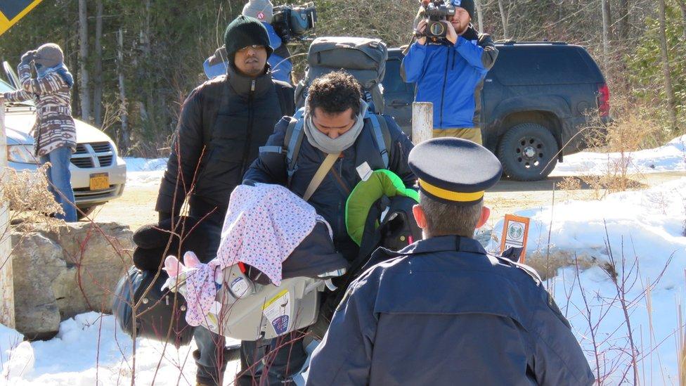 لاجئون يعبرون الحدود بشكل غير قانوني من الولايات المتحدة إلى كندا