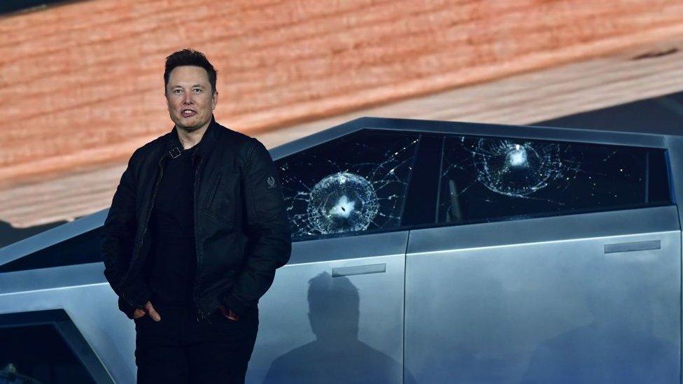 Elon Musk frente al Cybertruck con las ventanas rotas