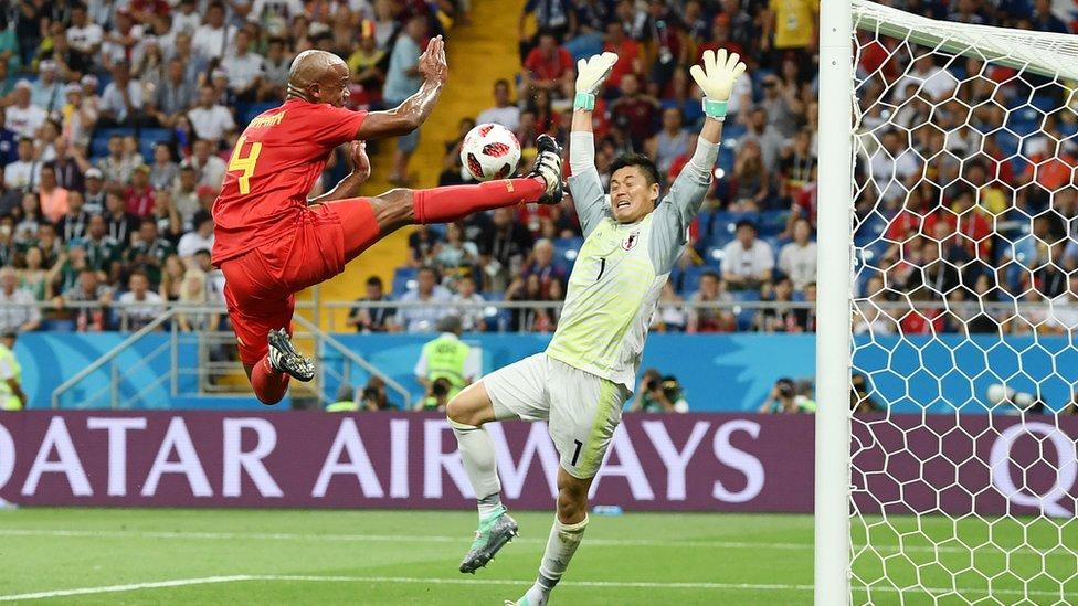 El defensa de Bélgica, Vincent Kompany (izquiera) trata de anotarle un golal portero de Japón, Eiji Kawashima durante el encuentro Bélgica-Japón el 2 de julio.