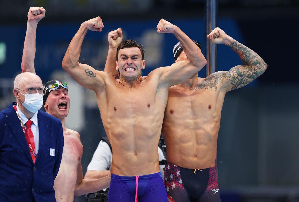 Juez impávido frente a nadadores celebrando
