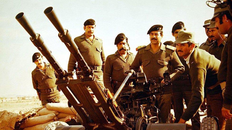صورة لصدام حسين أثناء زيارته لخط المواجهة خلال الحرب العراقية الإيرانية في 10 مارس/آذار 2003 في بغداد ، العراق.