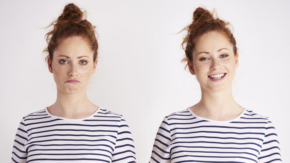 Mujeres con distintas expresiones faciales.