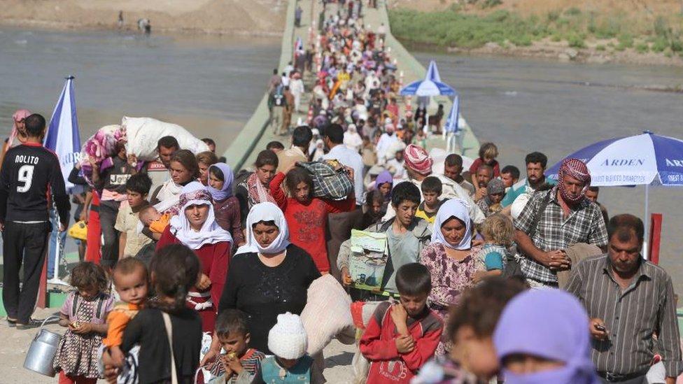 عراقيون من الطائفة الأيزيدية ينزحون عابرين الحدود السورية-العراقية