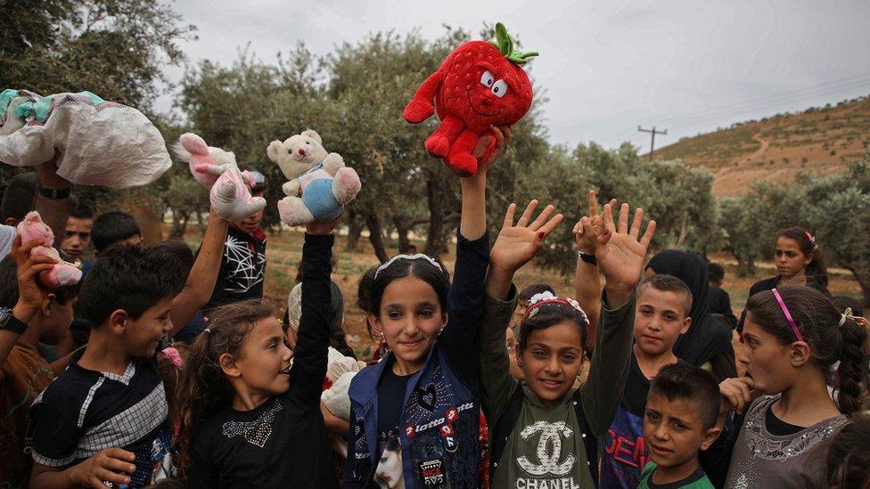 Deca iz Sirije razmenjuju igračke