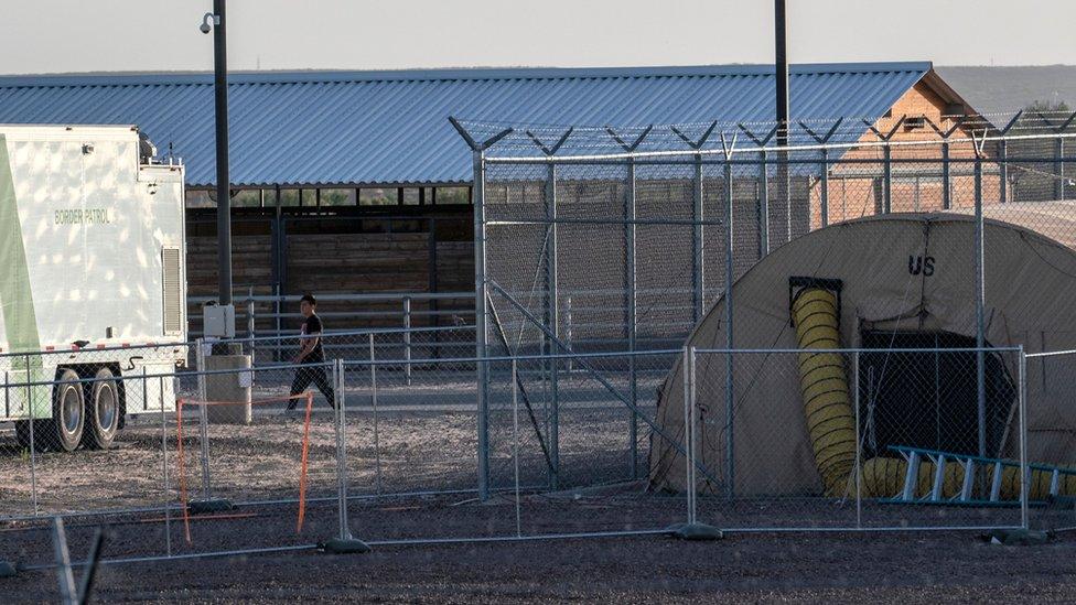 Centro de detención de migrantes en Texas, EE.UU.