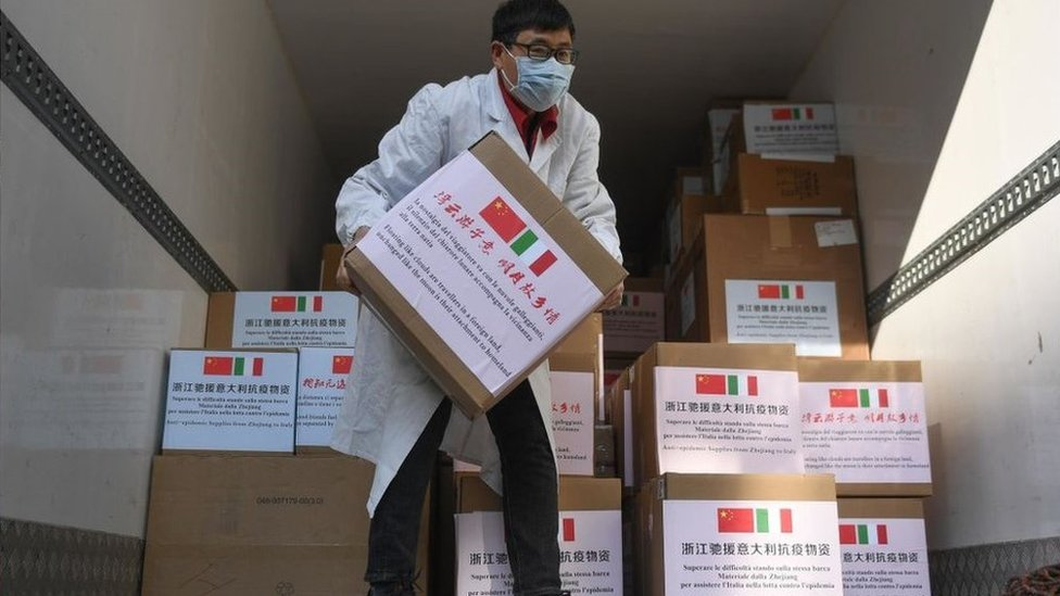 3月17日,一名員工在處理從中國杭州向意大利捐贈的抗疫物資。