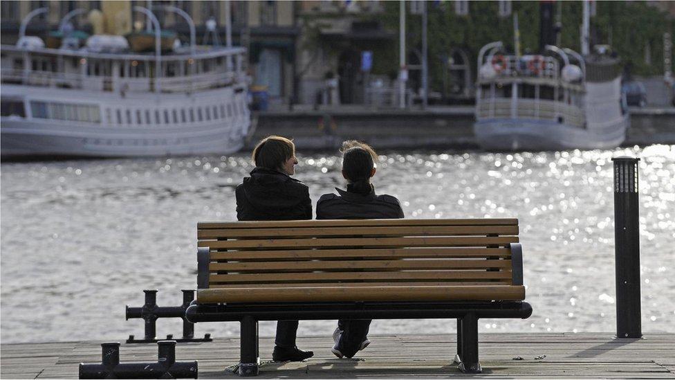 رجل وامرأة يجلسان قرب النهر
