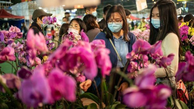 بعض من سكان هونغ كونغ يضعون أقنعة للتنفس