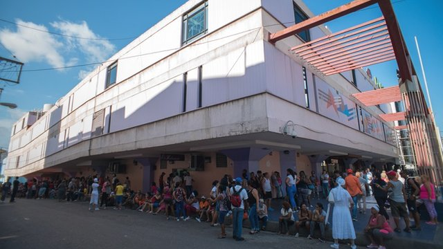 Cola en el supermercado de Carlos III en La Habana