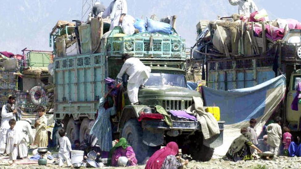 Taliban, ele geçirdiği bazı yerlerde aşiretlerden destek görürken bazı yerlerde halk, baskılara dayanamayarak çevre ülkelere göç etti