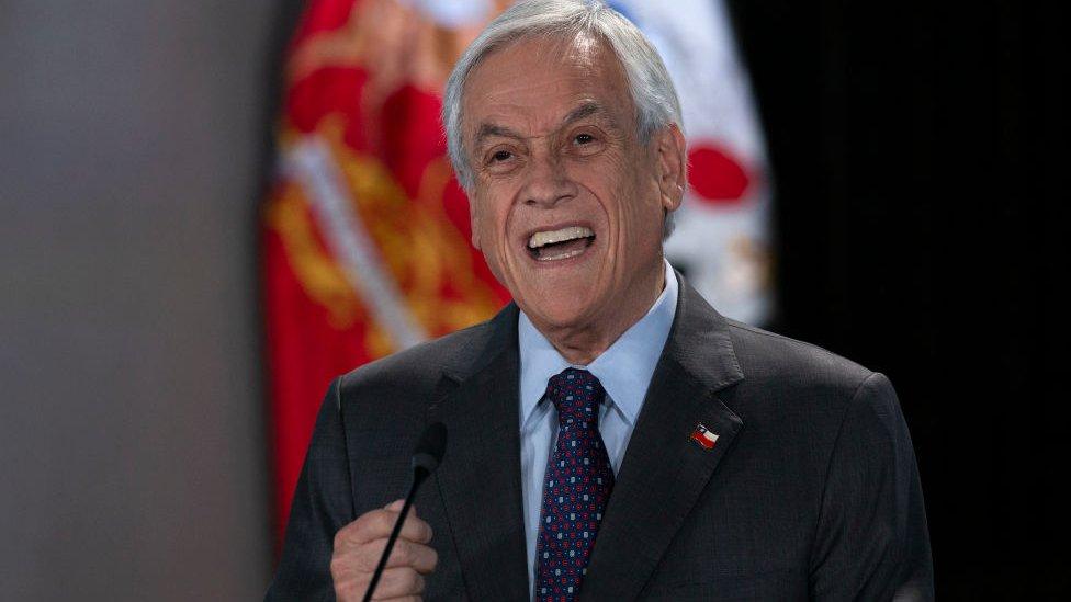Sebastián Piñera falando em microfone