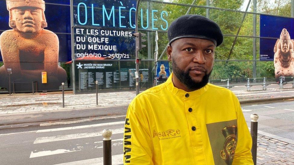 """إيمري موازولو ديابانزا أمام متحف """"كي برانلي"""" في باريس في 2 أكتوبر/تشرين الاول 2020"""