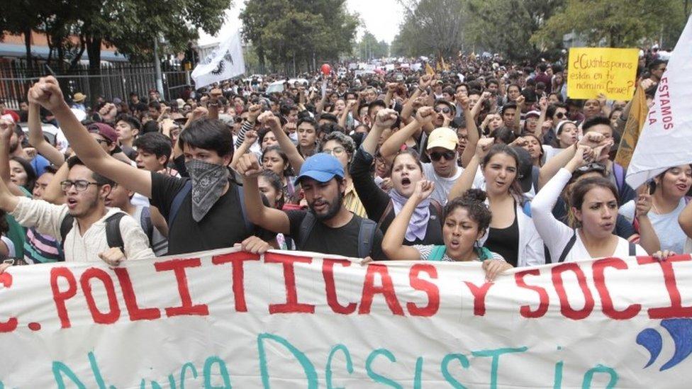 Estudiantes marchan en la UNAM