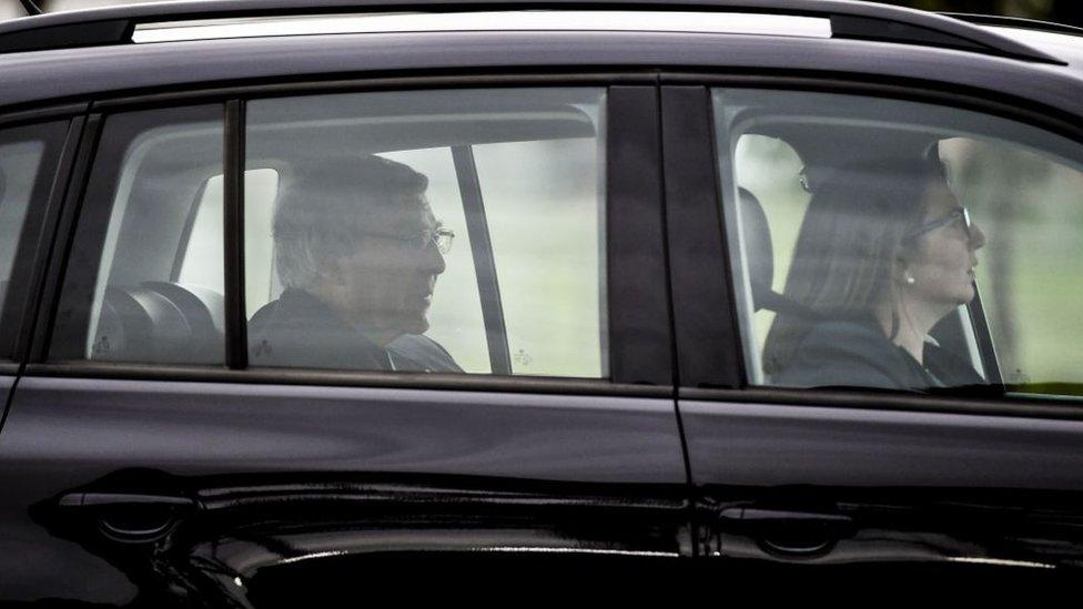 Kardinal George Pell meninggalkan penjara setelah vonisnya dalam kasus pelecehan seksual terhadap anak dibatalkan.